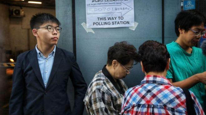 Joshua Wong, nhà hoạt động dân chủ Hong Kong, người bị chính quyền cấm tranh cử, đi bỏ phiếu hôm 24/11/2019