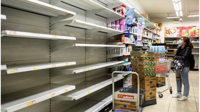 超级市场货架来不及补货。