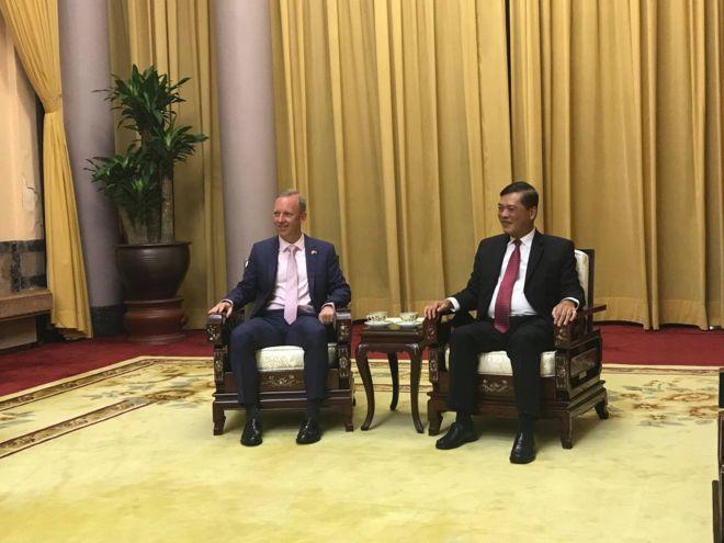 Đại sứ Vương quốc Anh, Gareth Edward Ward và ông Mai Quốc Dũng - Cục trưởng Cục Lễ tân - Bộ Ngoại giao Việt Nam