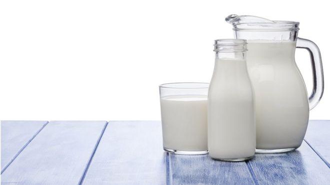 Jarra y vaso de leche