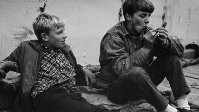 Dois adolescentes fumando na Islândia, em 1950