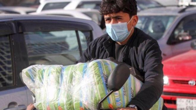 Ежедневно сотни афганцев стремятся через границу в Иран в поисках работы