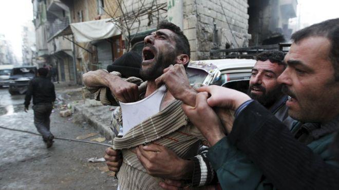 Un padre reacciona a la muerte de sus hijos en un ataque en Alepo