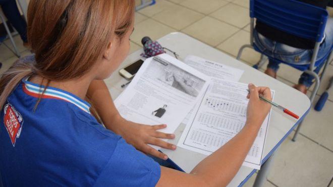 Aluna da rede de ensino estadual da Bahia, em foto de 2016