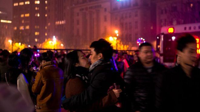 在上海外灘慶祝新年的男女