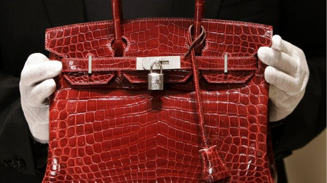 5b2ce6ad1 Тяжелый люкс: как обманывают покупательниц дорогих сумок - BBC News ...