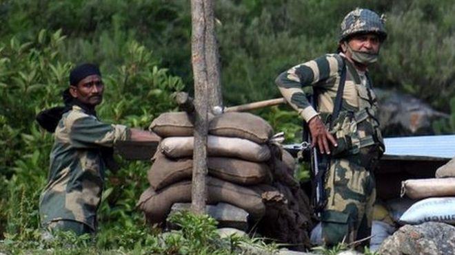 Soldados indios en un puesto de control en la autovía Srinagar-Leh en la zona fronteriza con China.