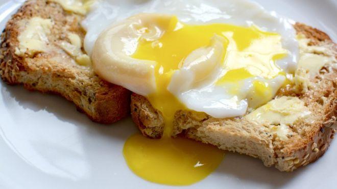 Un huevo sobre dos tostadas.