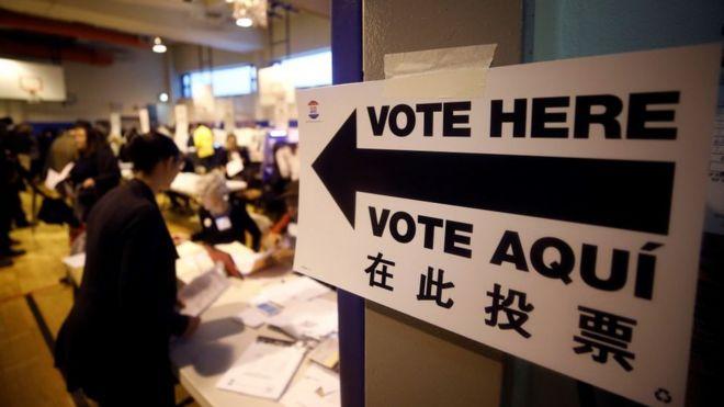 Placa indica local de votação nos Estados Unidos