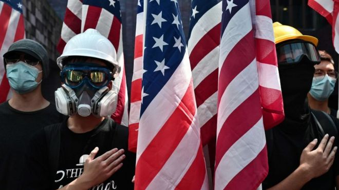 Người biểu tình Hong Kong cầm cờ Mỹ để kêu gọi Mỹ ủng hộ