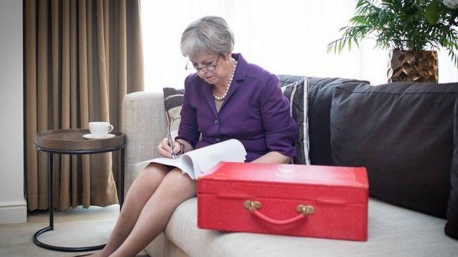 特里莎·梅首相在英國保守黨年會閉幕式講話前潤色講稿。