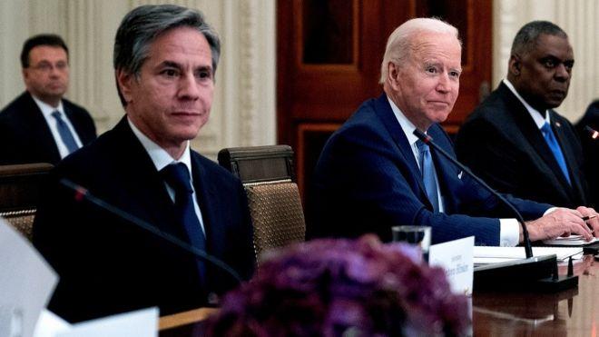 وزير الخارجية انتوني بلينكن (الاول من اليمين) الأمريكي يبدأ جولة في المنطقة.