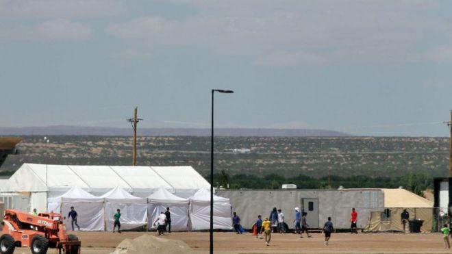 Centro de detenção temporária na fronteira entre EUA e México
