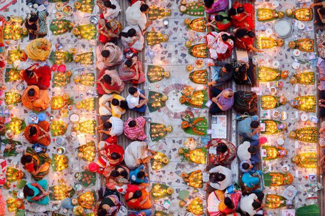 Bangladeş'teki Hindu tapınağında oruçlarını açmaya hazırlananlar