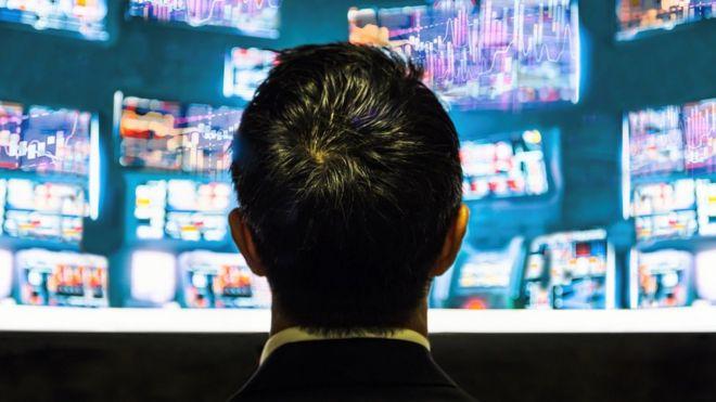 Un hombre observa pantallas con los movimientos bursátiles