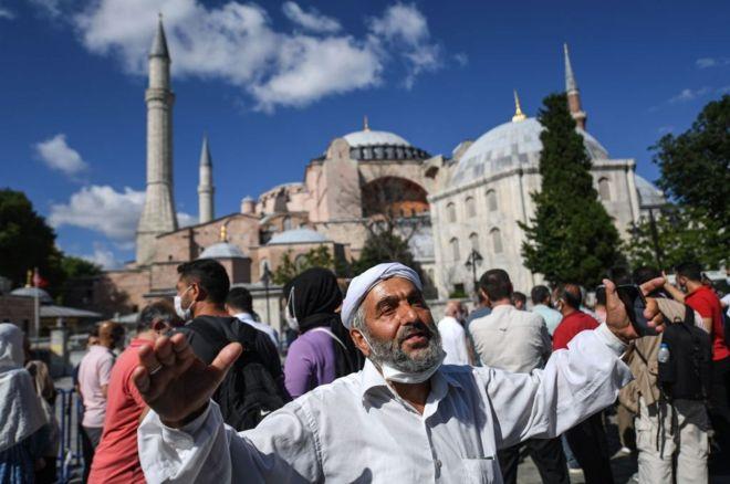 Musulmanes celebran la decisión del tribunal de reconvertir Santa Sofía en Mezquita
