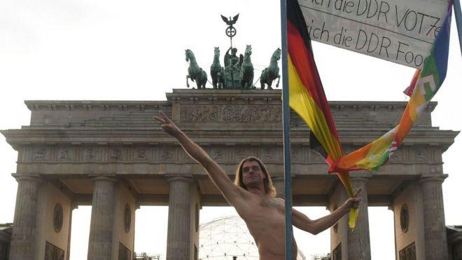 Homem nu em Berlim