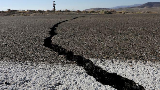 Fisura en una carretera tras el terremoto