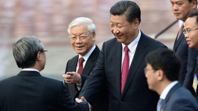 Tổng Bí thư Nguyễn Phú Trọng giới thiệu ông Trần Quốc Vượng với Tổng Bí thư Trung Quốc Tập Cận Bình hôm 12/11 tại Hà Nội