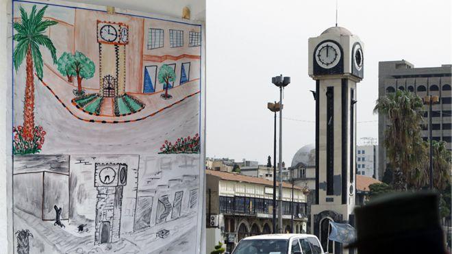 Desenho de uma criança síria compara a torre do relógio, na praça central de Homs, antes e depois da guerra