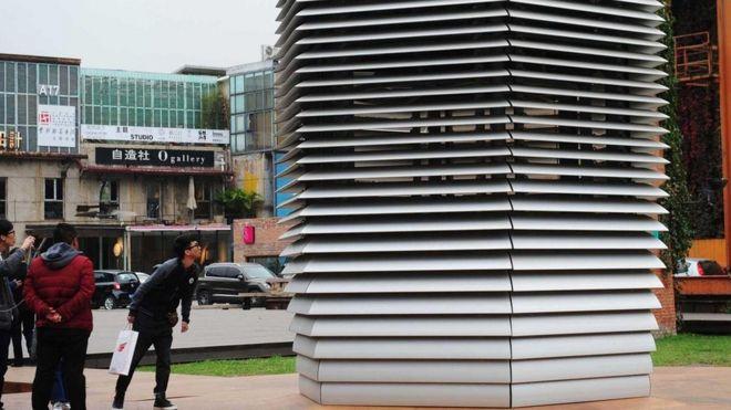 مواطنون يتفقدون مرشِحا بارتفاع سبعة أمتار لتنقية هواء بكين
