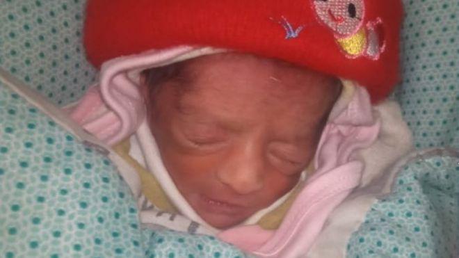 Paramédico do Paquistão 'roubou bebê para dar a tia sem filhos'