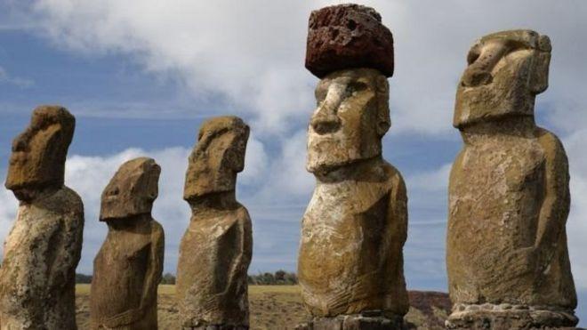 """เชื่อว่าหมวก """"ปูเกา"""" สีแดง บนศีรษะของรูปสลักหินโมอาย คือการแสดงความเคารพอย่างสูงต่อบรรพบุรุษ"""