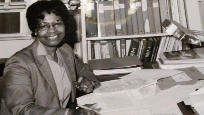 Gladys West en su escritorio