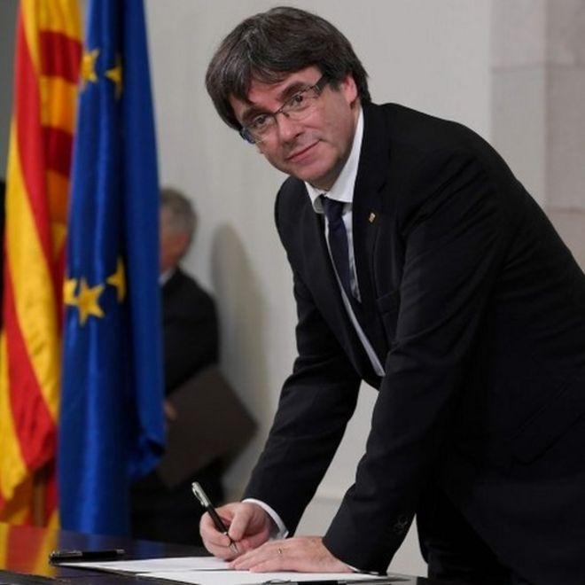 El presidente de Cataluña firma una declaración de independencia y suspende sus efectos para promover el diálogo con España