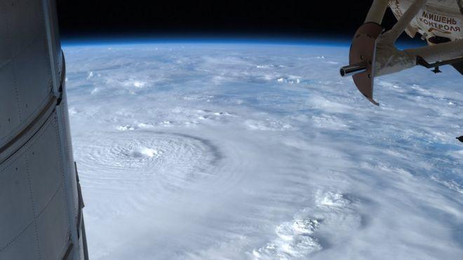 ภาพจากดาวเทียมของพายุไต้ฝุ่นโบพา ที่สร้างความเสียหายในประเทศฟิลิปปินส์เมื่อปี 2012