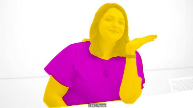 Mulher representa emoji