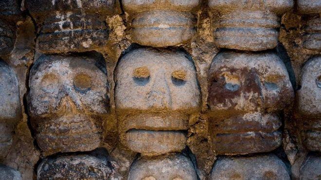 برج للجماجم طوله 35 مترا حيث كان الآزتيك يعرضون جماجم قرابينهم خارج المعبد العظيم بالعاصمة مكسيكو سيتي