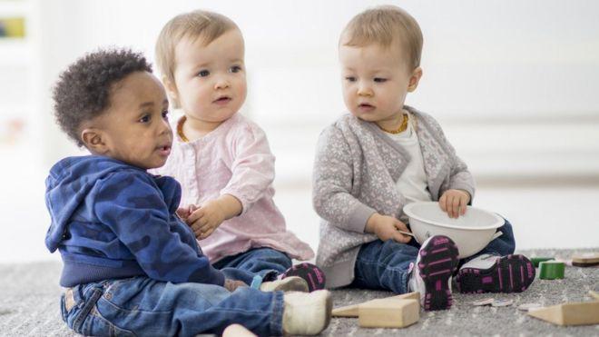小孩子在一起玩