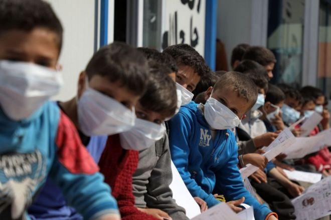 أطفال سوريون نازحون في مخيم بالقرب من بلدة أطمة السورية بالقرب من الحدود مع تركيا