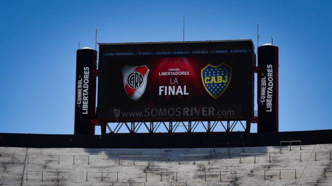 Letrero en el estadio Monumental, de Buenos Aires, que anuncia la final entre Boca Juniors y River Plate.
