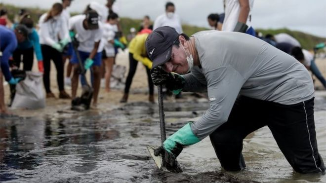 Voluntarios limpian una playa