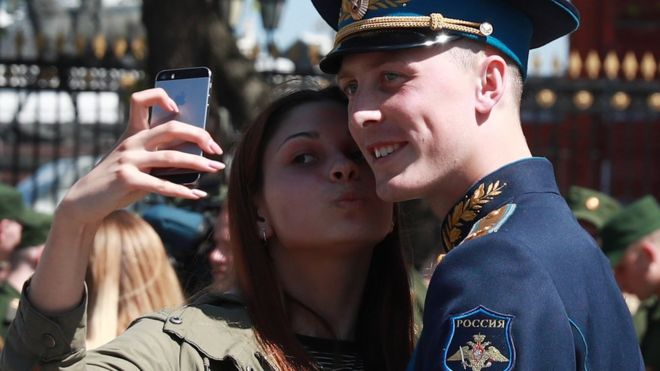 Russia bans smartphones for soldiers over social media fears - BBC News
