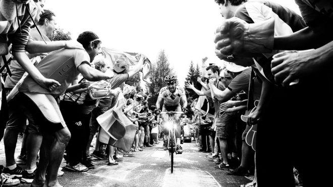 Se calcula que un millón de personas se acercan a las laderas del Alpe D'Huez para ver pasar a los ciclistas.