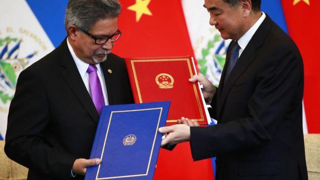 中國外長王毅與薩爾瓦多外長卡斯塔內達在北京舉行的建立聯合公報儀式上交換文件。