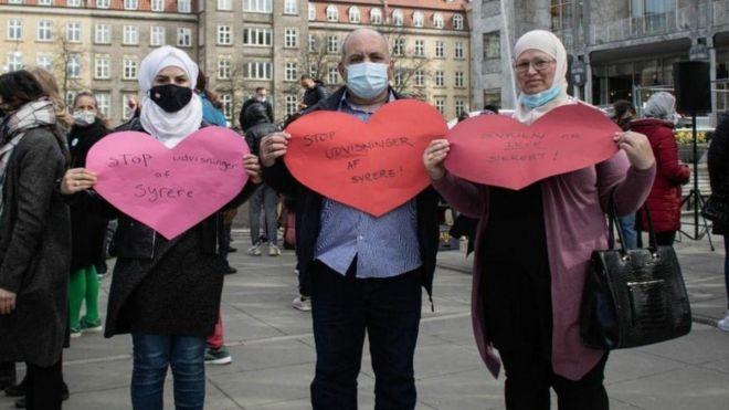 مايا الماليس (أخت سارة) وعواطف زكريا (الأم) وأحمد الماليس (الأب) في احتجاجات على قرار ترحيل السوريين.