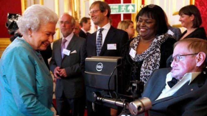 ستيفن هوكينغ أثناء لقاءه ملكة انجلترا
