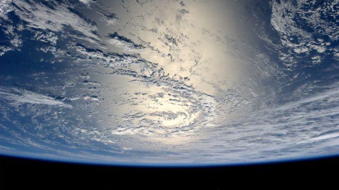 ภาพถ่ายบางส่วนของโลกยามต้องแสงอาทิตย์ โดยเป็นมุมมองจากสถานีอวกาศนานาชาติ