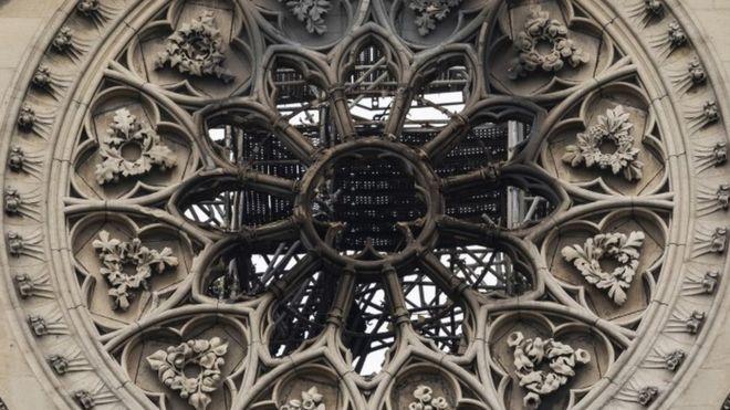 Detalle de los efectos del incendio en la catedral de Notre Dame.