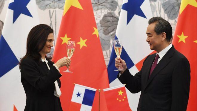 中国外交部长王毅与巴拿马共和国副总统兼外长德圣马洛在北京庆祝建交