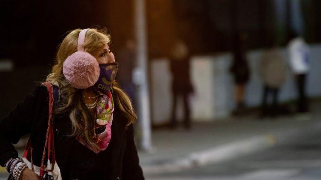 Una mujer con una mascarilla en California