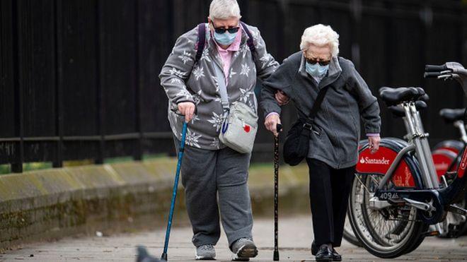 Пожилые люди в Британии