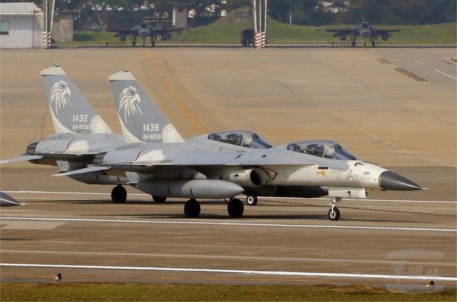 台灣空軍兩架F-16戰機在台灣東部花蓮空軍基地訓練(2018年6月資料照片)