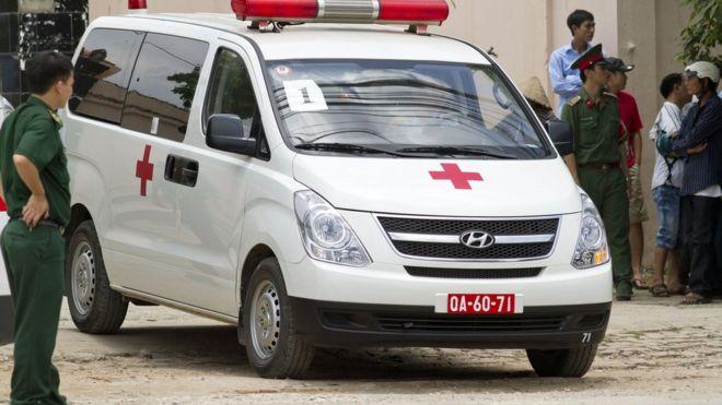 Gia đình anh Đê đưa thi thể về nhà bằng băng ca và không dùng xe cứu thương do cơ quan chức năng tỉnh Ninh Thuận thu xếp (hình minh họa)