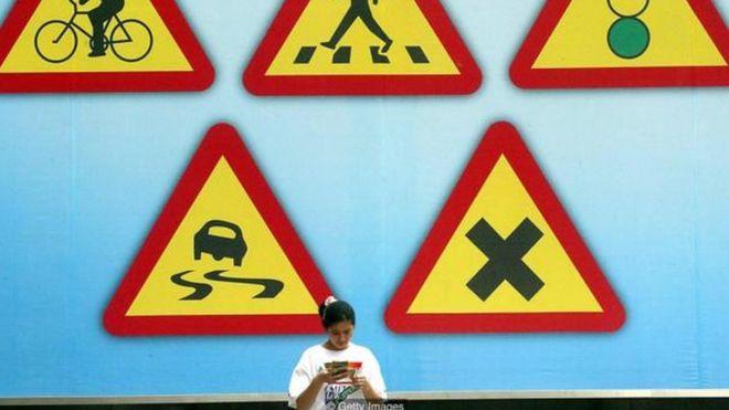 Quá trình kiểm tra cấp bằng lái xe ở cả Trung Quốc và Hàn Quốc đều bao gồm kiểm tra y tế, thi viết, kiểm tra lái xe vòng khép kín và kiểm tra lái trên đường