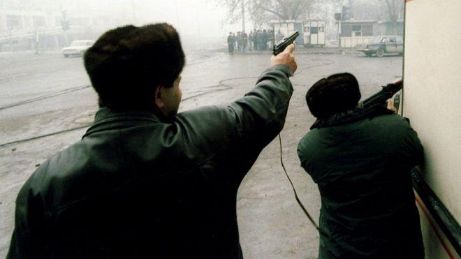 صورة لمتمردين شيشان يطلقون النار على قوات روسية في غروزني عام 1995.